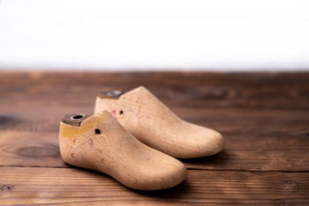 Amostras de couro para sapatos e sapato de madeira na mesa de madeira escura