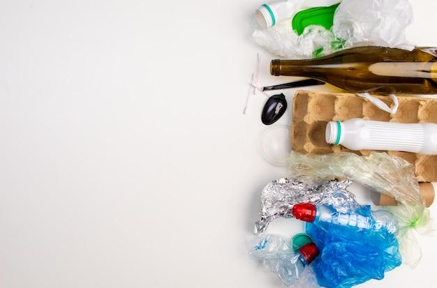 Amostras de lixo que podem ser recicladas isoladas no fundo branco.