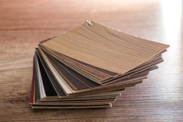 Amostras de madeira empilhadas na mesa de madeira