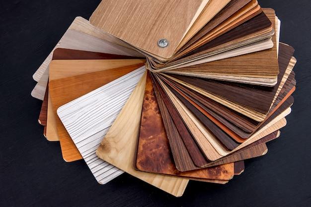 Amostras de madeira na vista de cima da mesa