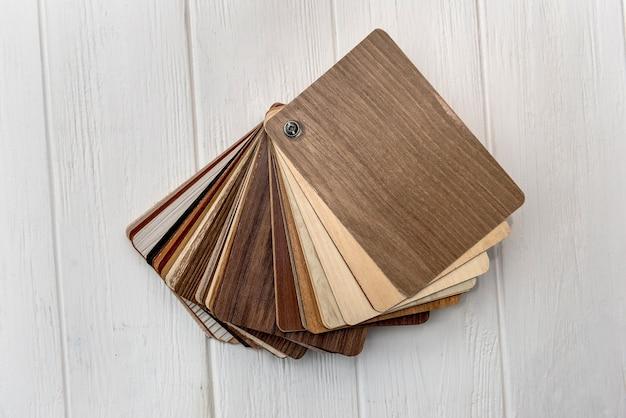 Amostras de madeira texturizada de cores diferentes em superfície clara