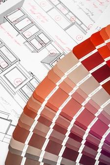 Amostras de papel interior da planta arquitetônica e uma paleta multicolorida e ferramentas de desenho
