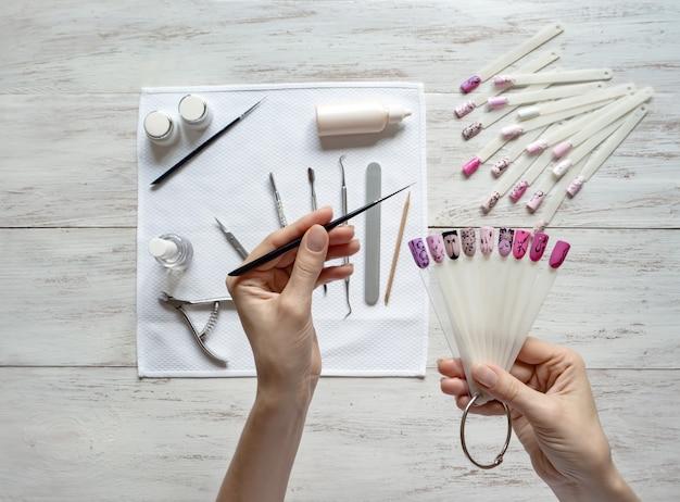 Amostras de unha arte em mãos femininas. design de unhas.