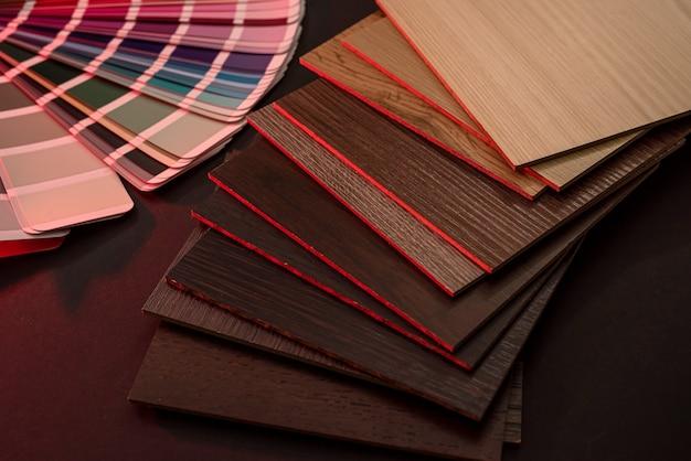 Amostras de vinil com textura de grão de madeira em fundo escuro