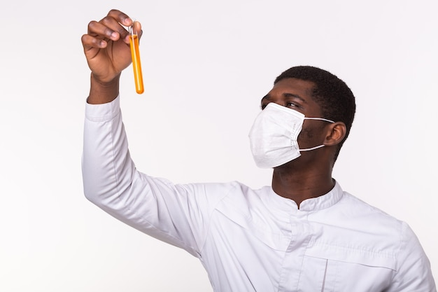 Amostras do tubo de ensaio médico na mão do médico na parede branca.