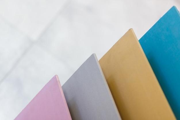 Amostras multicoloridas de gesso cartonado