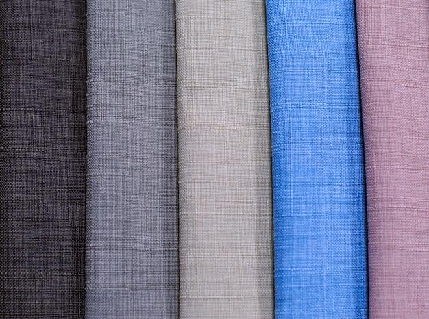 Amostras têxteis. amostras têxteis para cortinas. amostras de cortinas de tom cinza, marrom, azul penduradas.