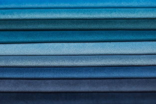 Amostras têxteis para cortinas. amostras de cortina de tom azul pendurado.
