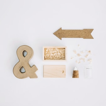 Ampersand e seta perto de caixa e pen drive