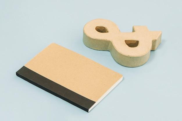 Ampersand perto de notebook