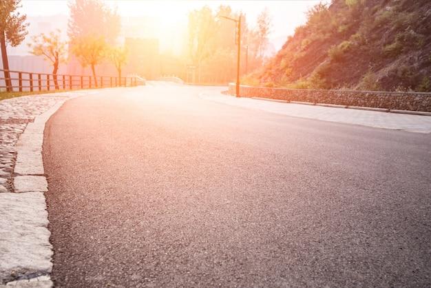 Ampla estrada com árvores