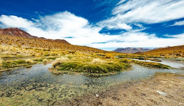 Ampla paisagem montanhosa de lagoa boliviana
