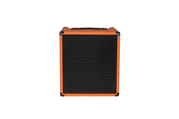 Amplificador de guitarra laranja isolado no fundo branco