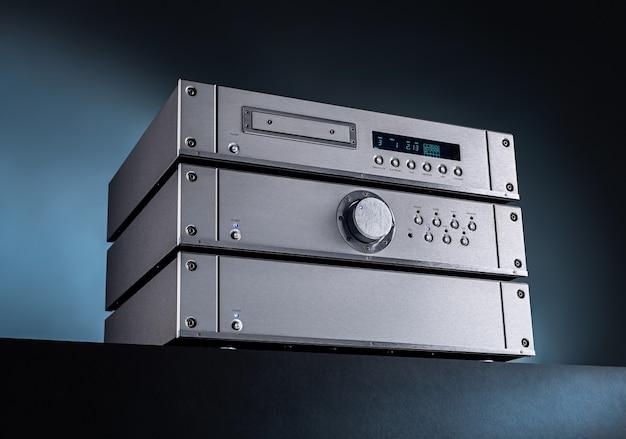 Amplificador e sintonizador de áudio estéreo de música analógica.