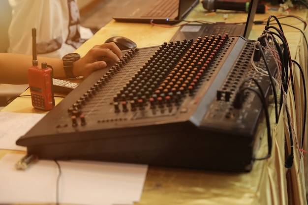 Amplificador misturador e equalizador no quarto estúdio em close-up vista