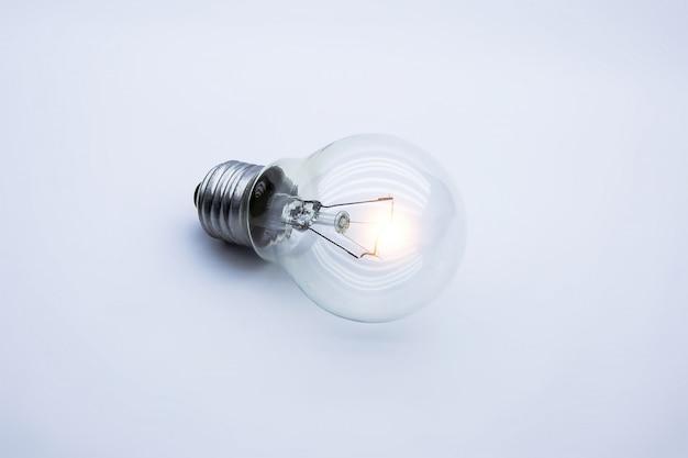 Ampola brilhante em branco, conceito de idéia criativa.