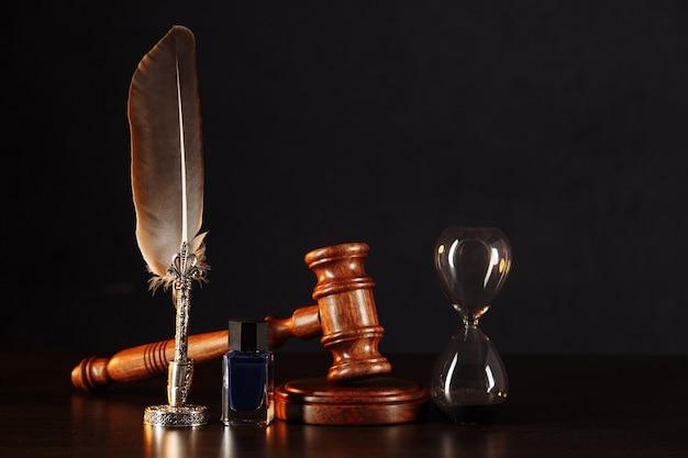 Ampulheta, caneta do tabelião e carimbo no testamento e a última vontade na mesa de madeira.