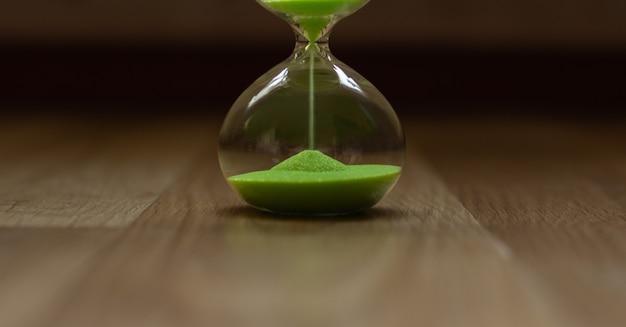 Ampulheta com areia verde, a parte inferior do relógio