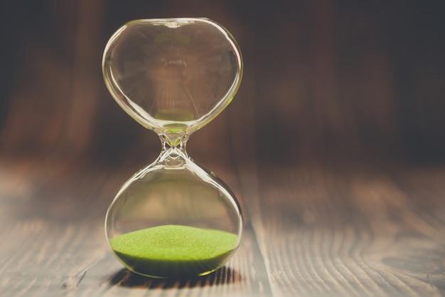 Ampulheta como um conceito de tempo passado, tempo perdido ou casos concluídos.