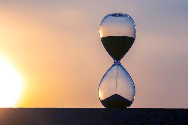 Ampulheta conta o tempo em relação ao sol da tarde