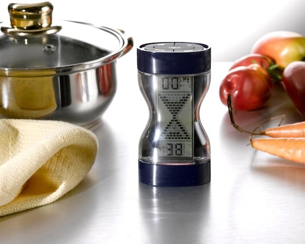 Ampulheta digital na mesa da cozinha