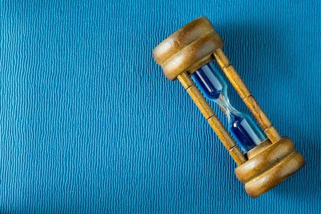 Ampulheta em uma capa de livro de couro
