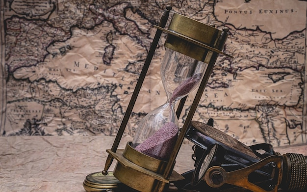 Ampulheta no mapa do velho mundo