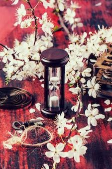 Ampulheta vintage com ramo de flor