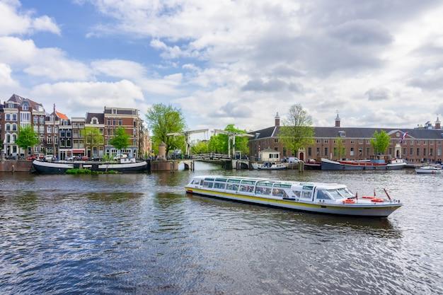 Amsterdão, holanda, dançar, casas, sobre, rio amstel, marco, em, antigas, europeu, cidade, primavera, paisagem