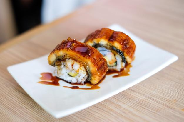 Anago (grill eel) ou sushi unagi com molho japonês servir na chapa branca