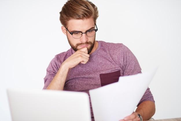 Analisando documentos e trabalhando no laptop