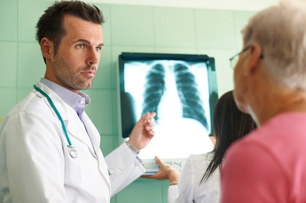 Analisando imagem de raio-x no hospital