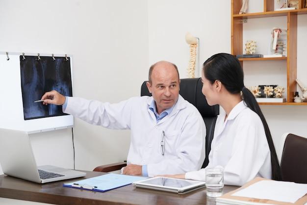 Analisando radiografia da coluna vertebral