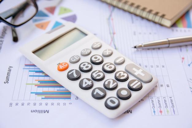Análise de dados com calculadora, caderno e caneta