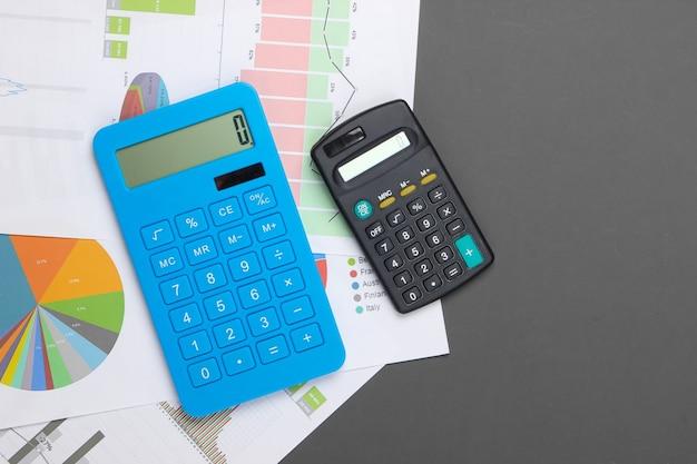 Análise de estatísticas. cálculo econômico. calculadoras, gráficos e tabelas em cinza. postura plana