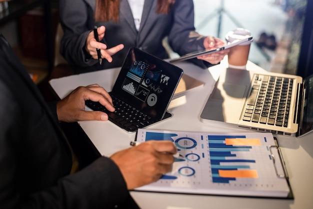Análise de estratégia de planejamento de pessoas de negócios a partir de relatório de documento financeiro, conceito de escritório