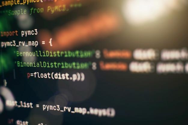 Análise de logs do servidor. closeup desenvolvendo tecnologias de programação e codificação. desenvolvedor trabalhando em códigos de web sites em escritório.