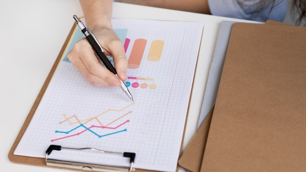 Análise de negócios de close-up em cima da mesa