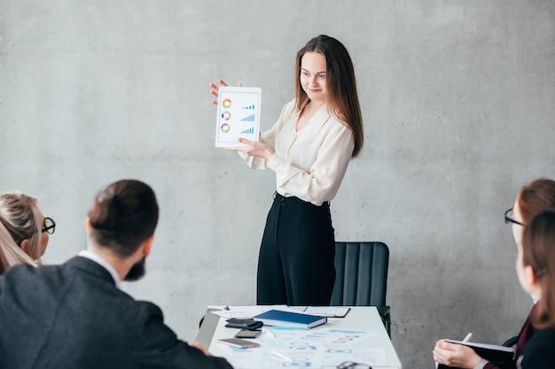 Análise de venda. apresentação da taxa de crescimento. analista finacial apresentando resultados de trabalho em equipe.