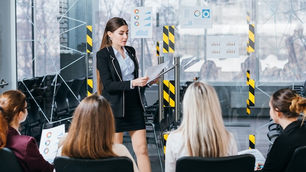 Análise de venda. reunião de negócios na sala de reuniões. funcionários corporativos ouvindo o relatório do orador.