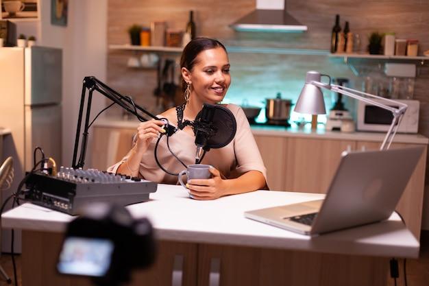 Analista de mídia social falando no microfone durante o podcast, gravando