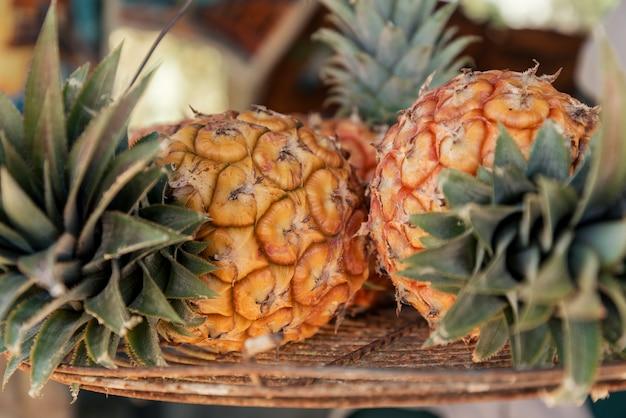 Ananás delicioso na cesta de palha