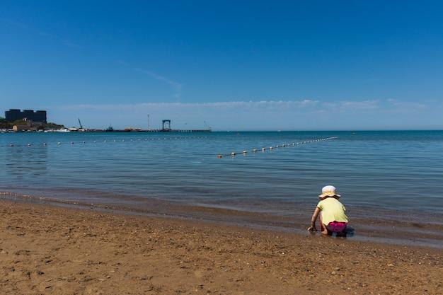 Anapa. região de krasnodar 14 de maio. 2021 uma criança brinca na costa do mar negro