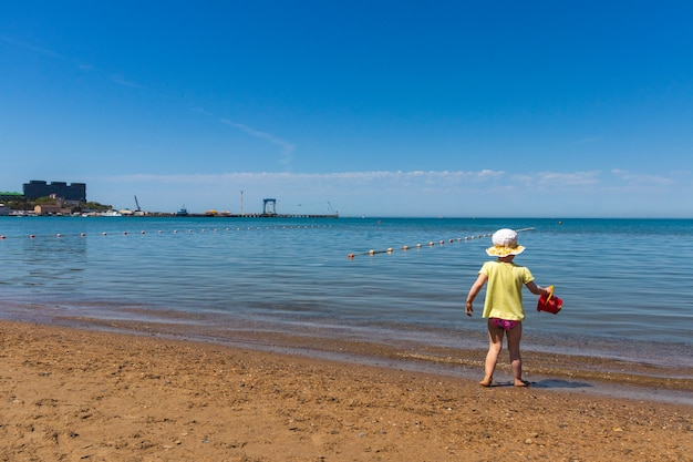 Anapa. região de krasnodar - 14 de maio de 2021: uma criança brinca na costa do mar negro Foto Premium