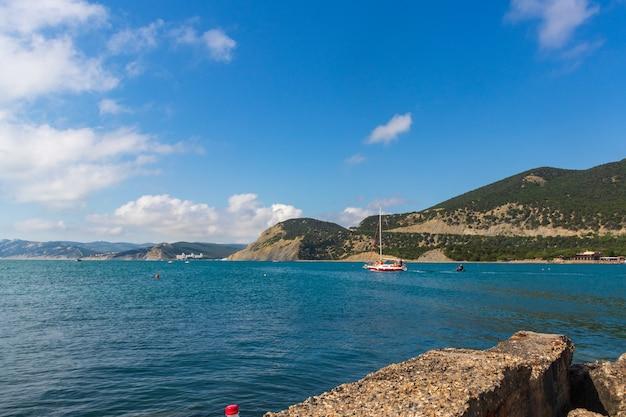 Anapa, rússia, 11 de junho de 2021 praia pedregosa da costa do mar negro na vila de bolshoy utrish