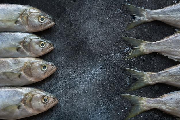 Anchova do mar negro no preto. padrão de peixe com espaço para texto.