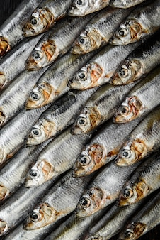 Anchova e espadilha de peixe cru fresco em uma superfície de madeira