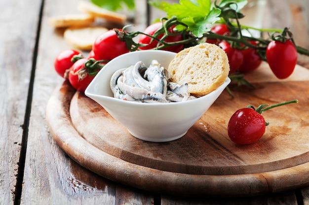Anchova tradicional italiana com pão e tomate