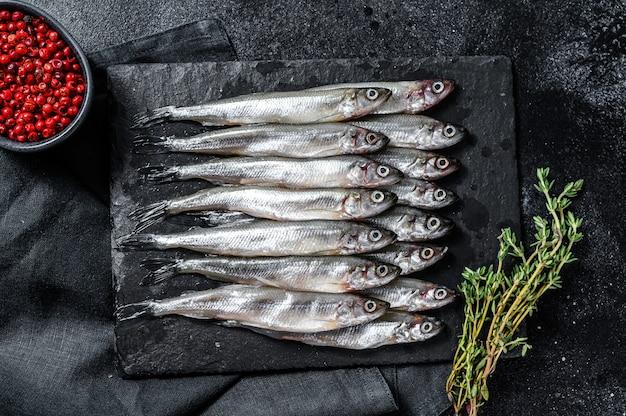 Anchovas de peixe pequeno cru com pimenta e tomilho