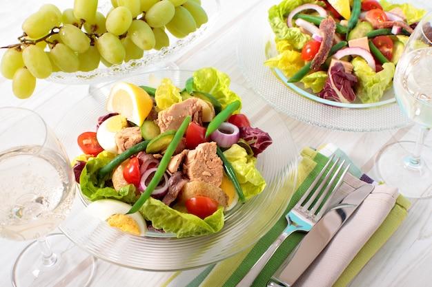 Anchovas e salada de atum em uma bacia de vidro